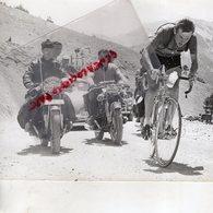 CYCLISME - RARE PHOTO TOUR DE L' AVENIR 1962-  OFFICIEL ET REGULATEUR MOTO PRESSE L' EQUIPE-LE PARISIEN -EUROPE 1 - Cyclisme