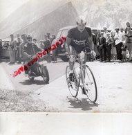 CYCLISME - RARE PHOTO TOUR DE L' AVENIR 1962-    REGULATEUR MOTO PRESSE L' EQUIPE-LE PARISIEN -PORTUGAL - Cyclisme
