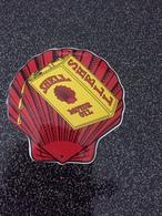 Belle Plaque SHELL En Tôle émaillée (12cms  Au Plus  Haut Et 11,5 Au Plus Large) , 90 Grammes - Advertising (Porcelain) Signs