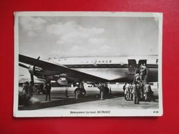 CPA EMBARQUEMENT D'UN AVION AIR FRANCE ANIMEE - 1946-....: Era Moderna