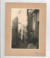 VILLEFRANCHE SUR MER (06) PHOTO ANCIENNE D'UNE PETITE RUE EN PENTE (COIFFEUR ET MARCHANDS DE TABLEAUX) - Lieux