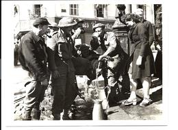 GUERRE 1944 - TROUPES ANGLAISES - Une Rue Du HAVRE - BRITISH TROOPS - Le Havre