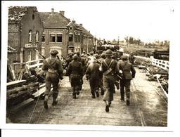 GUERRE 1944 - TROUPES ANGLAISES Traversant Le Pont à BERINGEN - Sur L'ALBERT CANAL - BRITISH TROOPS - Beringen