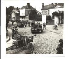 GUERRE 1944 - Débarquement Normandie - BRITISH INFANTRY TROOPS And TANKS - à Localiser - Guerre 1939-45