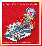 """SUPER PIN'S CLOWN SUISSE : De La Série Des """"MINIP"""", Le CLOWN Dans La Chaussure HOT Line, émail Cloisonné Base Or 2,7X3,7 - Celebrities"""