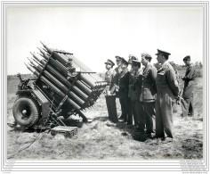 Press Photo - UK - Larkhill School Of Artillery - Rocket Projector Firing During Demonstration 1953 (2) - Guerra, Militari