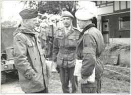 Militaria - Lot De 2 Photo D'un Gade Visitant Ses Troupes - Compagnie De Parachutistes - Annees 60/70 - Guerra, Militari