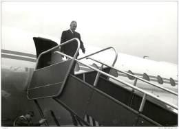 Militaria - Photo De Pierre Messmer Sortant D'un Avion Caravelle, Non Daté - Ministre Des Armées Sous De Gaulle - Guerra, Militari