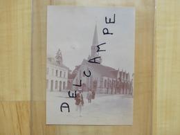 28 LA BAZOCHE GOUET 1899 DEVANT L'EGLISE - MAIRIE - TIRAGE ALBUMINE - Autres Communes