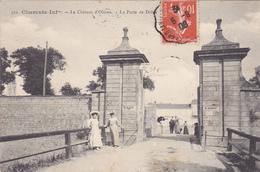 17.  ILE D'OLERON.  LE CHÂTEAU D'OLERON. .CPA.  ANIMATION A LA PORTE DE DOLUS. ANNEE 1908. - Ile D'Oléron