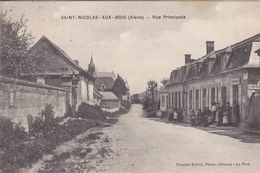 02   SAINT NICOLAS AUX BOIS. CPA . RUE PRINCIPALE. ANNEE 1910 . ANIMATION DEVANT L'EPICERIE - France