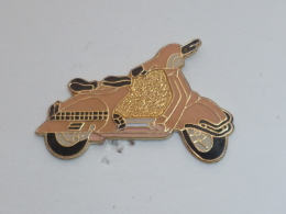 Pin's VESPA  01 - Motorbikes