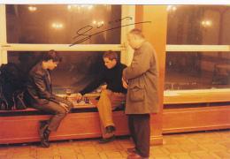 """Photographie 102 X 152 Mm - Partie D'échecs Entre Deux Jeunes Hommes, Verre De Biére, Spectateur, Signé """"Lucas"""" - Other"""