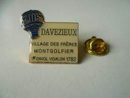 PIN'S MONTGOLFIERE  DAVEZIEUX  ARDECHE  VILLAGE DE FRERES MONTGOLFIER - Airships