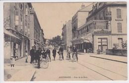 74 ANNEMASSE Rue De La Gare ,façade Hôtel De France , Brasserie ,cyclistes Dans La Rue - Annemasse