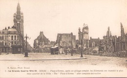 LA GRANDE GUERRE 1914 / 18 DOUAI PLACE D ARMES APRES UN PILLAGE COMPLET LES ALLEMANDS ONT INCENDIE LE PLUS BEAU QUARTIER - Oorlog 1914-18