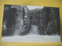 L7 6686. CPA. LE BOYAU D'ACCES AU BOIS EN HACHE - ANIMATION POILUS DANS TRANCHEE - Weltkrieg 1914-18