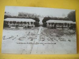 L7 6688. CPA PHOTO. DANS UN CAMP DES POILUS ONT ECRIT AU SOL, AVEC LEURS CORPS, LA VICTOIRE - A IDENTIFIER - Guerre 1914-18
