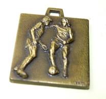 MEDAILLE SPORT MATCH FOOTBALL EQUIPE CHAMPIONNAT BALLON VONA 2.4 X 2.6 CM / BE - Habillement, Souvenirs & Autres