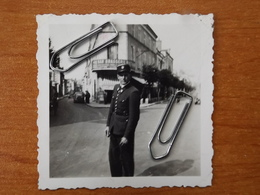 WW2 GUERRE 39 45 COSNE COURS  SUR LOIRE  NIEVRE PHOTO SOLDAT ALLEMAND  POLICIER A UN CROISEMENT BAR BRASSERIE  1940 - 1939-45