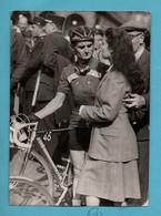 Photographie Photo Keystone Cyclisme Jean Robic Depart Tour De France 1948 Format 13x18 (trous De Punaise Et Leger Pli) - Cycling