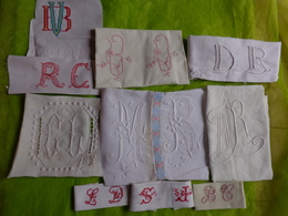 Gros Lot De Monogrammes Decoupes Dans Des Draps -serviettes Ou Autre - Vintage Clothes & Linen