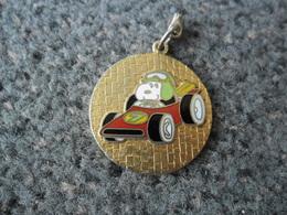 1 Morceau PORTE CLEFS (manque L'attache) Ou Pendentif Auto Automobile SNOOPY Pilote @ Chien Du Comic Strip Peanuts - Porte-clefs