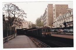 Ligne D'Auteuil PHOTO Train De Banlieue SNCF Gare De Passy La Muette Le 15 Novembre 1984 Citroën 2CV Visa VOIR DOS - Trains