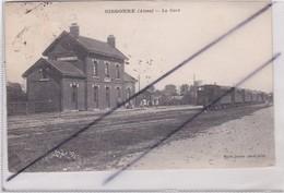 Sissonne (02) La Gare - Avec Rame De Train à Droite - Sissonne
