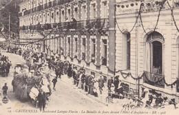65 / CAUTERETS / BOULEVARD LATAPIE FLURIN / LA BATAILLE DE FLEURS DEVANT L HOTEL D ANGLETERRE / - Cauterets