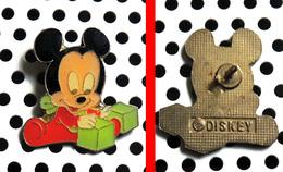1 Pin's Disney Série Des Babies : Mickey En Babygros Rouge Joue Aux Cubes - Disney