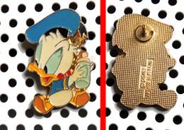 1 Pin's Disney Série Des Babies : Donald Avec Son Biberon Arthus Bertrand - Disney