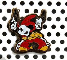 1 Pin's Disney Mickey Cowboy Vêtement Rouge - Disney