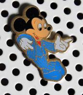 1 Pin's Disney Mickey Accoudé (au Bar ? ) - Disney