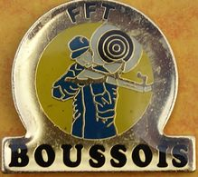 DD  08....  ECUSSON DE CLUB DE TIR.............F F T......BOUSSOIS.... Département Du Nord, En Région Hauts-de-France - Badges