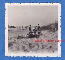 Photo Ancienne Snapshot - Femme Allongée Sur La Plage - 1947 - Fille Girl Maillot De Bain Fesses Demie Nue Mode - Pin-Ups
