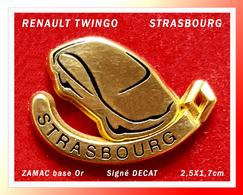 SUPER PIN'S RENAULT TWINGO : Belle Version TWINGO Pour RENAULT STRASBOURG En ZAMAC Or Signé DECAT, 2,5X1,7cm - Renault
