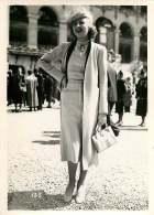 060618 - PHOTO DE PRESSE 1937 MODE  à Longchamp  Une élégante - Hippisme Course Prix Du Cadran - Mode