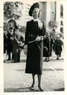 060618 - PHOTO DE PRESSE 1937 MODE  à Longchamp  Une élégante - Hippisme Course Prix Juigné - Mode