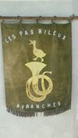 """AVRANCHES-BANNIERE FANFARE """"LES PAS BILEUX""""-1910-TISSU GROS VELOURS BRODE DE SOIE-LETTRES EN ALU-DIM 68X90 Cms-EN L'ETAT - Tapis & Tapisserie"""