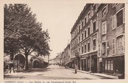 Carte Postale Ancienne De L'Isère - Crémieu - Les Halles Et Rue Lieutenant Colonel Bel - Cachet Postal Au Dos - Crémieu