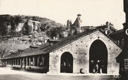 Carte Postale Des Années 50 De L'Isère - Crémieu - Les Halles Et La Tour St Hippolyte - Crémieu