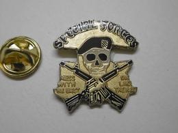 Pin's - Militaria - SPECIAL FORCES - Tête De Mort Béret Noir Arme à Feu - Army
