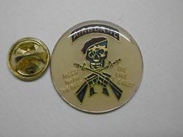 Pin's - Militaria - AIRBORN - Tête De Mort Béret Noir Arme à Feu - Army