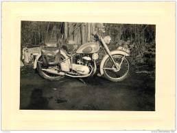Lot De 4 Photos D'une Moto Et Motocycliste Prises En Bretagne A Hennebont En 1955 Dans Le Morbihan - Orte