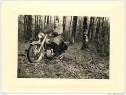 Lot De 5 Photos D'une Moto Et Motocycliste Prises En Bretagne En Foret De Toulfoen A Quimperle Finistere En 1955 - Orte