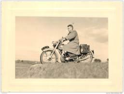 Lot De 3 Photos D'une Moto Et Motocycliste Prises En Bretagne A Le Pouldu En 1955 Dans Le Finistere - Orte