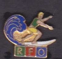 ILE DE La REUNION -  ANCIEN Pin's RFO - CHAINE LOCALE TELEVISION MEDIA - SUR SURFEUR SUR VAGUE - Medias
