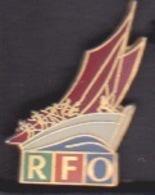 ILE DE La REUNION -  ANCIEN Pin's RFO - CHAINE LOCALE TELEVISION MEDIA - VOILIER BATEAU - Medias