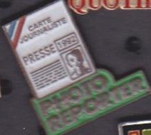 ILE DE La REUNION - 2 ANCIEN Pin's - CARTE DE PRESSE LOCALE 1992 - PHOTO REPORTER - Medias